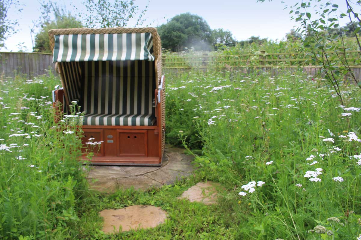 cotswolds-garden-design-a-seat-in-the-meadow